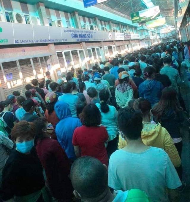 Người dân TPHCM xếp hàng mua khẩu trang tại chợ thuốc Nguyễn Giản Thanh (quận 10) từ rất sớm.