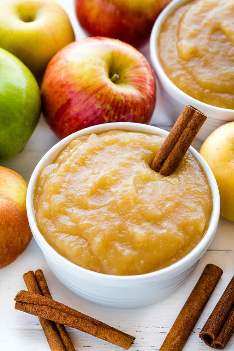 Bên cạnh đó, bạn có thể ăn sốt táo sau khi bị ngộ độc thức ăn. Ảnh: thestayathomechef.